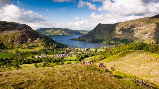 Lake District, Regno UnitoIl Lake District, o distretto dei laghi inglesi, si trova in una regione montuosa nel nord-ovest della regione, le cui valli sono state modellate dai ghiacciai nel corso l'era glaciale, e successivamente sono state sviluppate grazie al sistema di campi divisi da muretti per la pastorizia e l'agricoltura. L'Unesco la considera un importante esempio di paesaggio armoniosamente fuso tra natura e azione umana, con le montagne che si specchiano sui laghi, le grandi case e i parchi creati appositamente per uniformarsi alla bellezza del luogo. Paesaggi amati e celebrati da pittori e scrittori romantici, a partire dal Diciottesimo secolo.