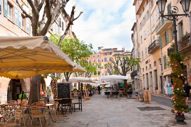 La piazza principale della città vecchia di Grasse, capitale internazionale del profumo