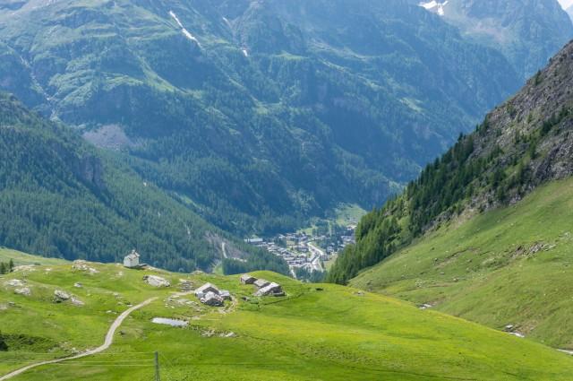 15%: cercano l'aria pura, cibi genuini, meno folla e l'occasione per fare sport in paesaggi mozzafiato; sono gli italiani che per l'estate 2017 scelgono la montagna (sopra, la valle di Gressoney, Val d'Aosta).