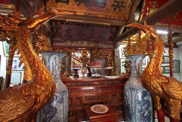 Interno del tempio Mong Phu nell'antico villaggio di Duong Lam.