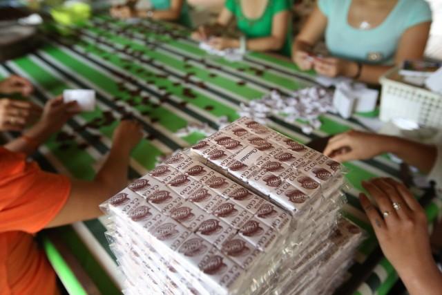 Sulle rive del fiume Mekong vengono confezionate a mano deliziose caramelle di cocco.