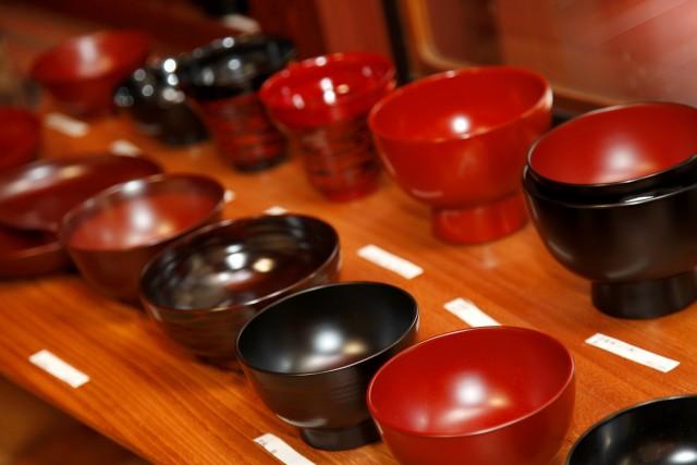 Intorno a Yamanaka, i laboratori degliartigiani che producono oggetti in legno laccato con tecniche secolari.