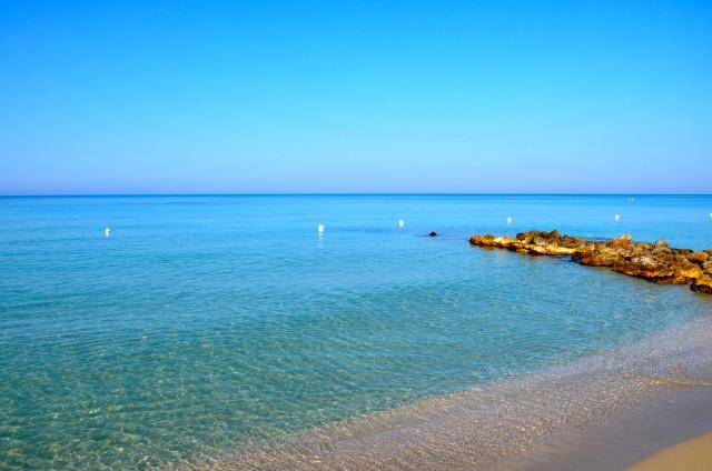 La spiaggia attrezzata con ombrelloni di lido Pineta, nei pressi di Ugento. Un tratto è riservato agli ospiti del b&b le Sei conche di Gemini.