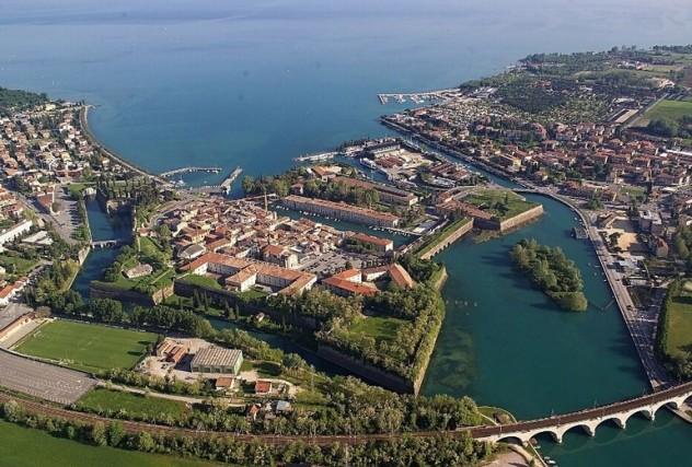Peschiera del Garda: il centro storico, circondato dalla cinta muraria che ha modificato il percorso naturale del fiume, è uno dei luoghi più caratteristici del lago Garda