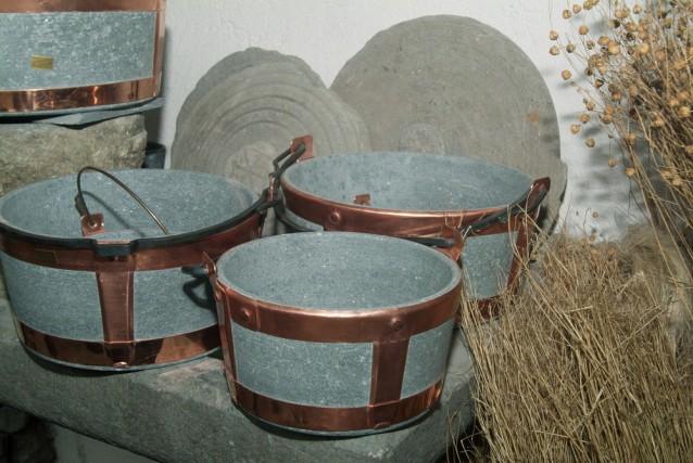 Le pentole in pietra ollare sono uno dei prodotti tipici della Valtellina