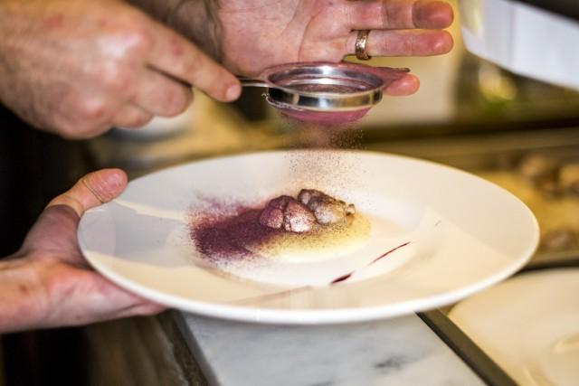 La Società Anonima è un nuovo ristorante a Perugia, aperto nell'ex fabbrica di ghiaccio che un tempo ospitava la Società Anonima Birra Perugia. I fornitori sono piccoli produttori locali.