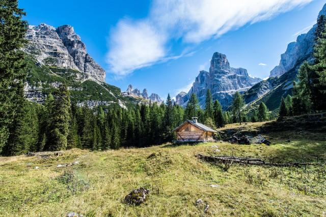 Si fa trekking tra le Dolomiti del Brenta.
