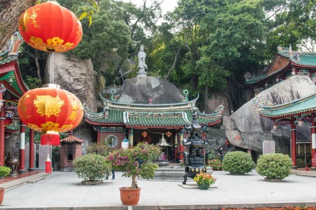 Gulangyu, Cina La piccola isola di Gulangyu o Kulangsu sorge nell'estuario del fiume Jiulong, di fronte alla città di Xiamen. Con l'apertura commerciale del suo porto, nel 1843 divenne nel corso del secolo successivo un importante avamposto degli scambi tra Cina e Occidente. E tutt'oggi questa fusione culturale emerge nelle differenti architetture e nel mix di stili che la contraddistinguono, come quello Fujian o quello coloniale, ma sorprende soprattutto lo stile Deco Amoy, unione tra stile modernista di inizio Novecento e l'Art Deco.
