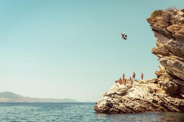 Grecia Chiunque sia stato in vacanza nelle isole greche si è di sicuro imbattuto in decine di ragazzini intenti a saltare giù da scogliere più o meno alte. A questo, il campione del mondo Orlando Duque aggiunge l'attrattiva del cibo e del divertimento.