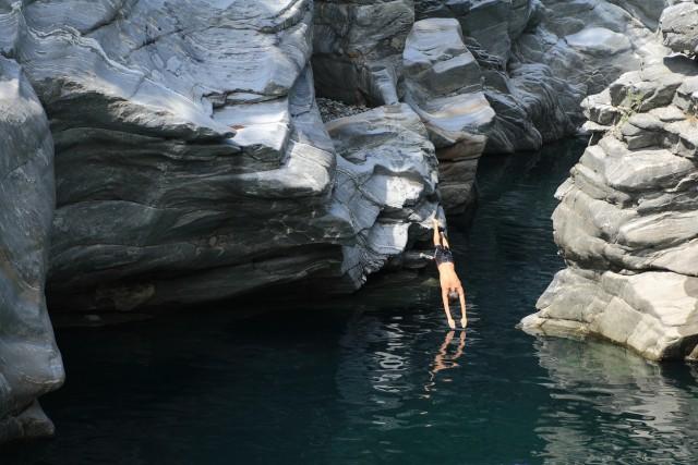 Ponte Brolla, Svizzera Nella zona di Ponte Brolla, nella Vallemaggia, si svolge di norma il campionato europeo di tuffi da grande altezze.