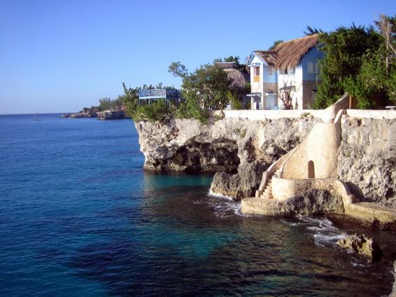 Negril, Jamaica Scogliere non troppo alte e le meravigliose acque giamaicane hanno fatto di questo luogo il posto perfetto per chi voglia cimentarsi con un tuffo in libertà. C'è addirittura un locale a picco sul mare, il Rick's Cafe, dove ogni sera con un drink in mano ci si può godere lo spettacolo dei tuffatori.