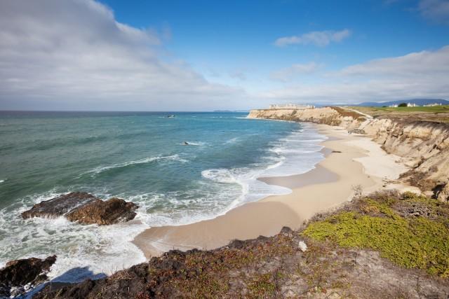 Half Moon Bay, California A soli trenta minuti da San Francisco, questa spiaggia è in grado – secondo l'esperta di viaggi di lusso Christina Vidal, fondatrice del blog JetsetChristina – di far fermare il tempo.