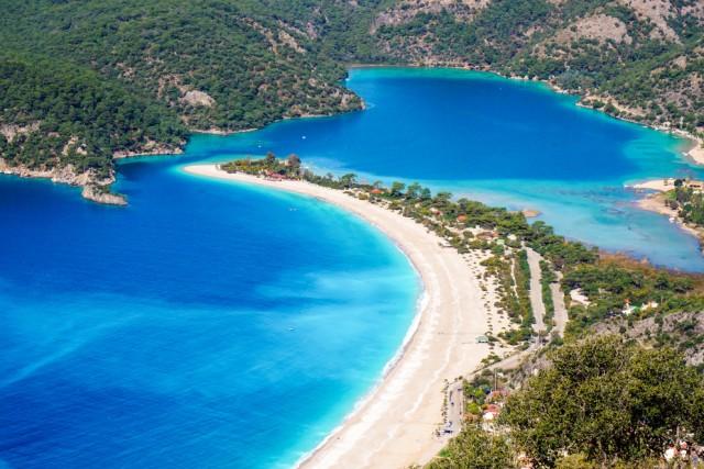 Blue Lagoon, Turchia Famosa per la tonalità turchese dell'acqua, la spiaggia di Oludeniz è una delle più fotografate del Mediterraneo. Sarà per questo che l'Instagrammer Jennifer Tuffen l'ha scelta per la classifica di Forbes.