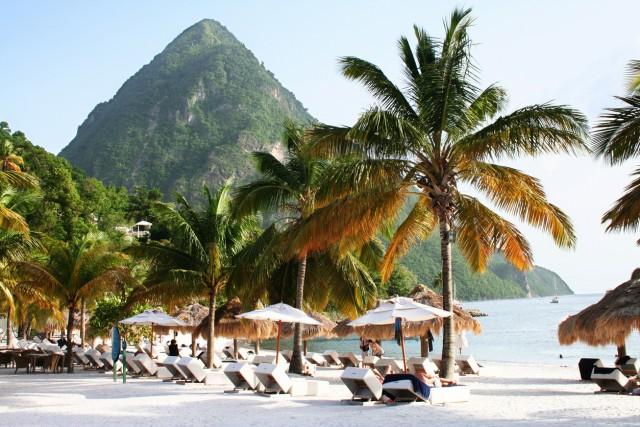 Sugar Beach, St. Lucia Nell'arcipelago delle Piccole Antille, nel cuore del mar dei Caraibi, si trova quest'isola il cui simbolo sono i Pitons, due montagne a punta che figurano anche sulla bandiera dello Stato. Secondo la fotografa e blogger Erica Choi, è qui la spiaggia più bella del mondo.