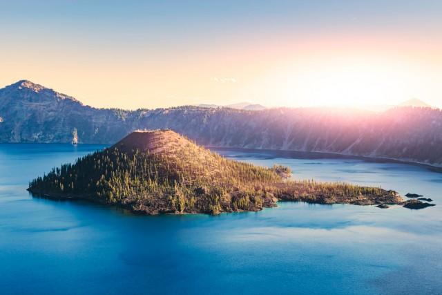 """Crater Lake, Oregon Il parco nazionale di Crater Lake prende il nome dal cosiddetto """"lago del cratere"""", formatosi dopo l'esplosione del Monte Mazama, ed è il lago più profondo degli Stati Uniti. Per questo è perfetto per i divers, che non temono di toccare il fondo tuffandosi."""