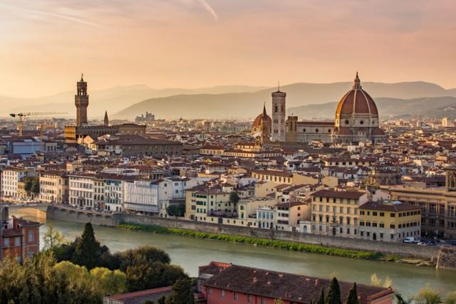 7%: paura del caldo, della folla, dei prezzi per turisti? Gli italiani non considerano l'estate la stagione migliore per visitare le nostre città d'arte, e la quota è in calo. Ma Firenze(sopra), Venezia o Roma, valgono sempre un week end.