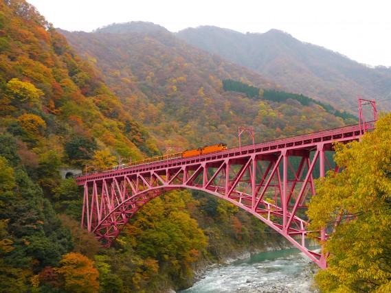 Il trenino turisticopercorre le gole di Kurobe, tra Unazuki e Kanetsuri.