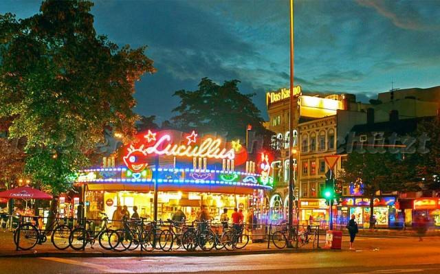 MANGIARE UN CURRYWURST DA LUCULLUS – Dicono che sia l'indirizzo migliore in città per azzannare, a qualsiasi ora del giorno e della notte, lo streetfood più famoso nelle città tedesche: il currywurst, annegato nella sua salsina speziata e accompagnato da pane. La posizione di Lucullus è strategica: un chiosco a forma di tendone da circo, che non passa certo inosservato, all'altezza Reeperbahn 75, giusto a metà del viale della movida. Altre specialità? Bratwurst, patatine fritte e altre poche cose, naturalmente iper-caloriche.A proposito, per chi se lo chiedesse, l'hamburger è nato proprio ad Amburgo, ma non è una specialità culinaria della città.