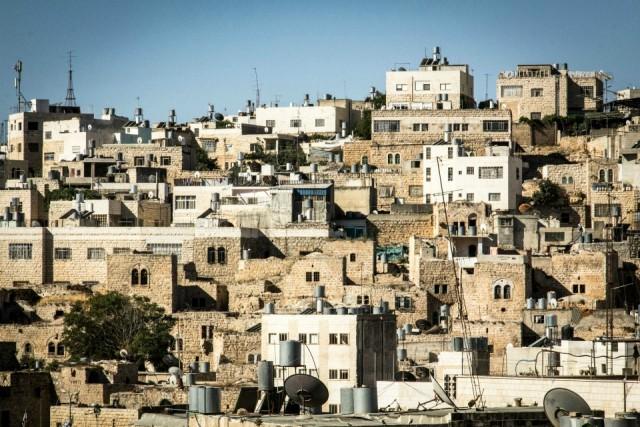 """Hebron, PalestinaCon la doppia dicitura di Hebron e al Khalil,in arabo, l'Unesco ha riconosciuto l'antico sito che ospita la Tomba dei Patriarchi ad Hebron, in Cisgiordania, con la dicitura di """"sito palestinese"""", una decisione fortemente contestata da Israele. Qui secondo la tradizione è sepolto anche Abramo (Ibrahim per i palestinesi),ed è un luogo di per tutte e tre le regioni monoteiste, quindi per ebrei, cristiani e musulmani. L'attuale sito della città vecchia fu costruita tra il 1250 e il 1517, quando era sotto il controllo dei cosiddetti mamelucchi musulmani, per essere poi ampliata in epoca ottomana."""