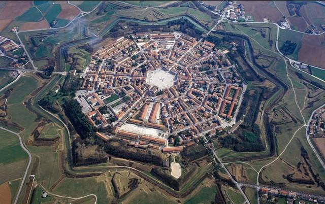 Palmanova: la città fortezza pianificata dai veneziani nel 1593 è chiamata la città stellata per la sua pianta poligonale a stella con 9 punte. La cittadina friulana è monumento nazionale dal 1960