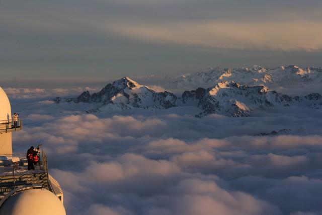PIC DU MIDI – FRANCIA. Dormire con vista su Pirenei a circa2.800 metri di altitudine. L'esperienza si prova soggiornando in cima al Pic du Midi,a fianco del più importanteOsservatorio Meteo d'Oltralpe.Camere spartane, ma suggestive,sui Pirenei francesi. Il Pic du Midi può ospitare fino a un massimo di 27 persone in camere doppie o singole. Si apprezzaun tramonto mozzafiato su un mare di nuvole e vette, si cena e all'imbrunire si osservano le stelle al telescopio.Info:picdumidi.com. Prezzi: singola da 339 a 399 euro a persona; doppia da 399 a 449 euro a camera, comprensivi di cena.