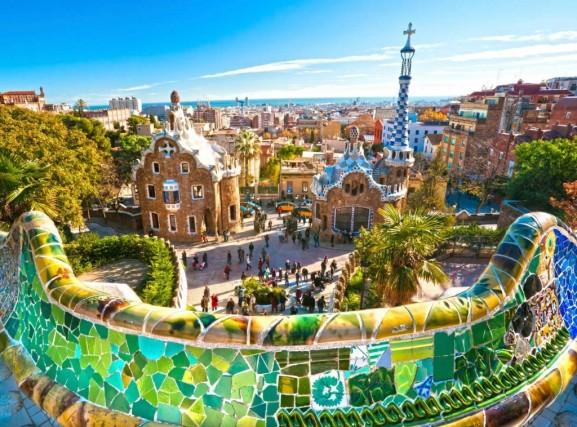 22%: la quota dei vacanzieri italiani che si concederà un viaggio all'estero. La meta preferita? La Spagna(23%)! Belle città (nella foto: Barcellona), grande cucina, prezzi friendly e da qualche anno, spiagge più belle e pulite.
