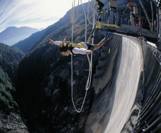 In Val Verzasca si può sfidare il vuoto con il bungee jumping: sette secondi e mezzo di caduta appesi a una fune.