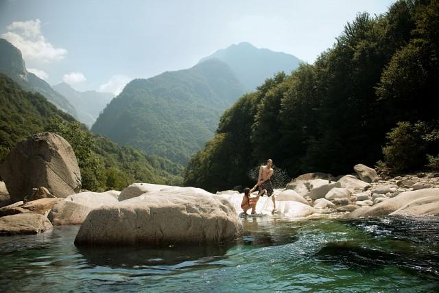 Ilfiume si insinua tra le rocce bianche creando piscine naturali dove il colore passa, a seconda della luce, dal turchese allo smeraldo.