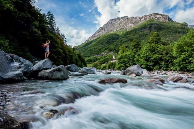 Ma è l'acqua la prima attrattiva della Valle: il fiume Verzasca, color verde smeraldo, si insinua tra le rocce bianche creando piscine naturali.