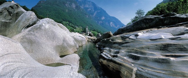 Lavalle si trova nel Canton Ticino, in Svizzera, a sole due ore di automobile da Milano. La meta perfetta per una fuga dalle torridi estati cittadine. Da Gordola, nei pressi di Locarno, ci si inerpica lungo la strada che risale fino a Sonogno.