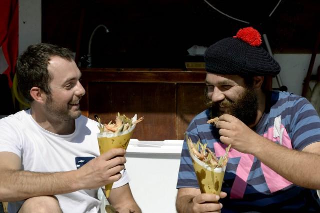 Lorenzo Bergesio e Davide Busca sulla loro barcaristorante Alalunga.