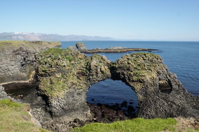 L'Arnarstapi Arch, l'arco di pietra lavica sul mare, da ammirare dopo un breve cammino accompagnati dallo stridìo degli uccelli.