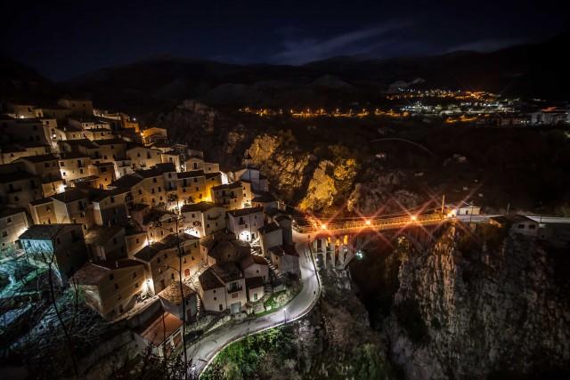 Veduta notturna del Borgo Pianello.