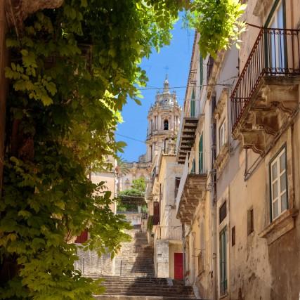 Si fa sosta alla città di Modica, case color miele, chiese barocche e diversi indirizzi gourmet.