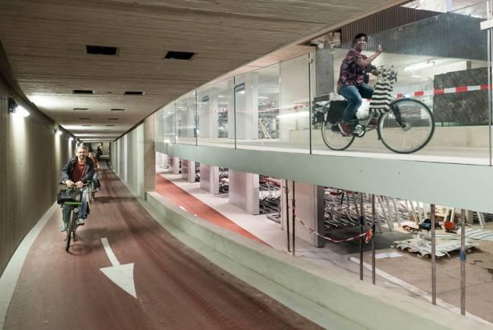 Utrecht: apre il parcheggio per bici più grande al mondo (già troppo pieno)
