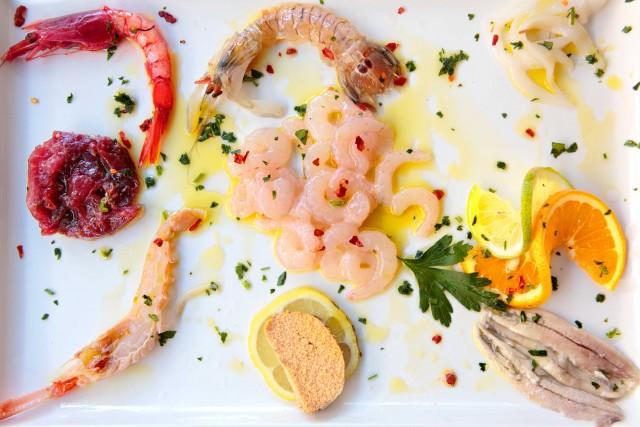 Gamberi crudi di Pensione Scala, ristorante nel centro di Portopalo (Rg). Le verdure vengono dal loro orto, il pesce dai pescatori locali.