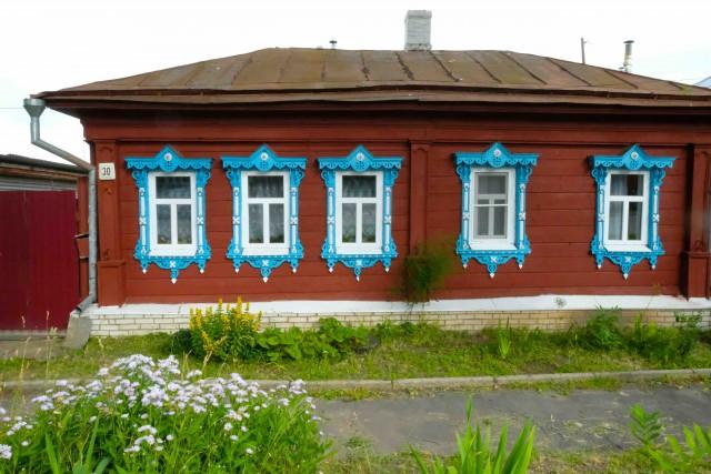 Le isbe sono spesso dipinte con colori vivaci e le finestre vengono riccamente decorate.