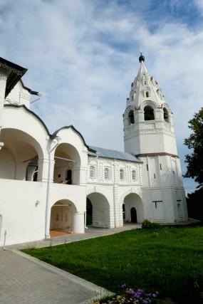 L'interno del Convento dell'Intercessione della Vergine con la torre campanaria. Le campane funzionano e vengono suonate dalle monache ogni giorno: è un piccolo e delizioso concerto. E si ripete in tutti i monasteri funzionanti della città.