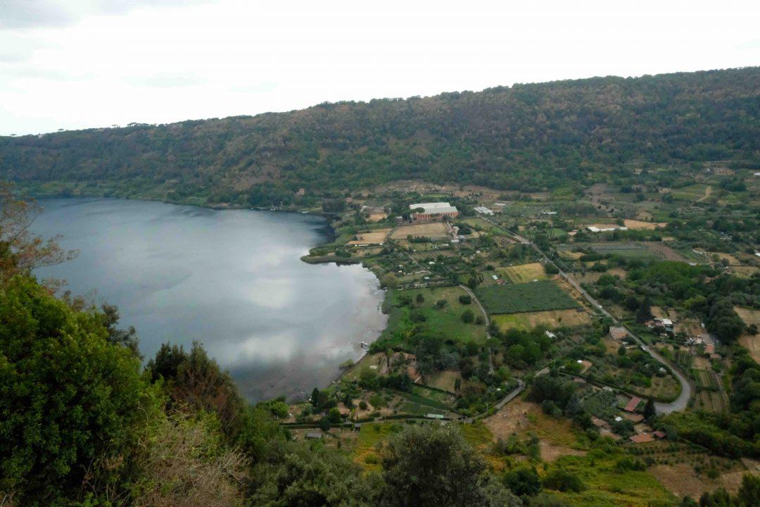 Il lago di Nemi: sullo sfondo il Museo delle navi romane