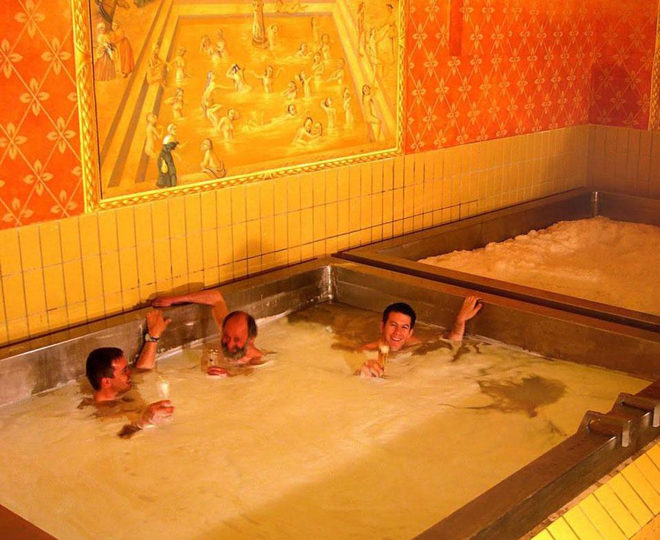 Austria: nel castello di Starkenberger puoi fare il bagno... nella birra