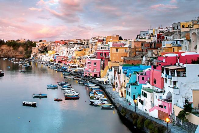 La Corricella, il pittoresco borgo marinaro di Procida. ph: Marka