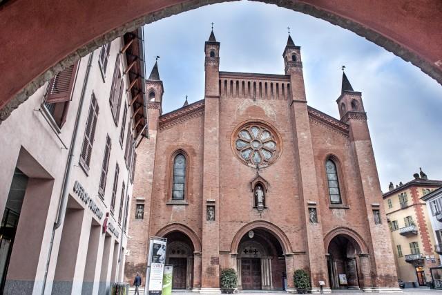 La cattedrale di Alba, in stile romanico-gotico, è dedicata a San Lorenzo