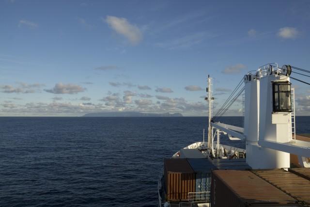 La RMS e l'isola di Sant'Elena all'orizzonte