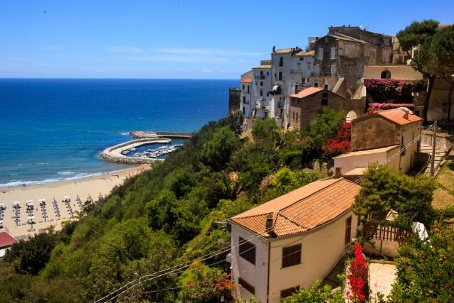 Sperlonga, Lazio Su una roccia circondata dal mare, questo piccolo paese di pescatori in provincia di Latina può essere considerato un po' la nostra Santorini, con il suo centro storico fatto di case bianche.