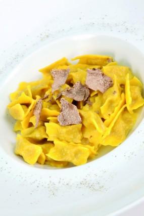 Quando è stagione, le scaglie di tartufo vengono spolverate sui piatti tipici della zona, dai ravioli alla carne cruda all'albese, tagliata a fette sottili o battuta al coltello