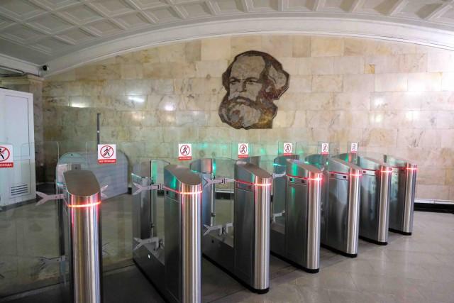 Una stazione della metropolitana di Mosca con il ritratto di Karl Marx: tutte le stazioni sono decorate.