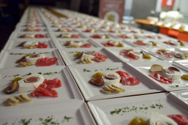 Un'immagine dall'edizione 2016 della manifestazione, che vede al centro piatti con carne salada.