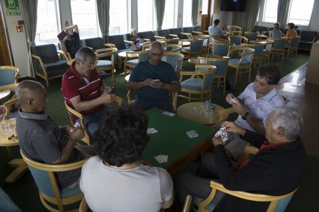 Passeggeri della RMS giocano a carte nella sala interna