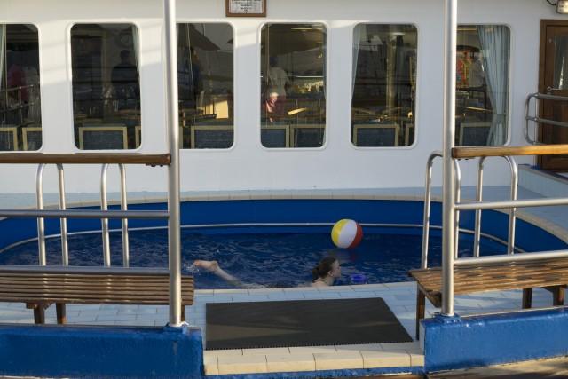 Bagno in piscina per una passeggera della RMS
