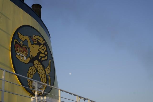 Lo stemma della RMS al sorgere della luna